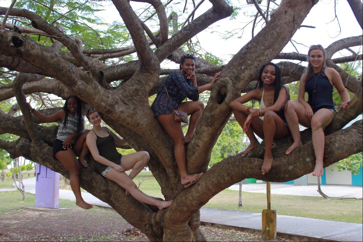 Jayna Jones '17, Alyssa Nathan '17, Emily Rossi '17, Kalyn Nix '17, and Calista Lawrence enjoy the Puerto Rican sun!